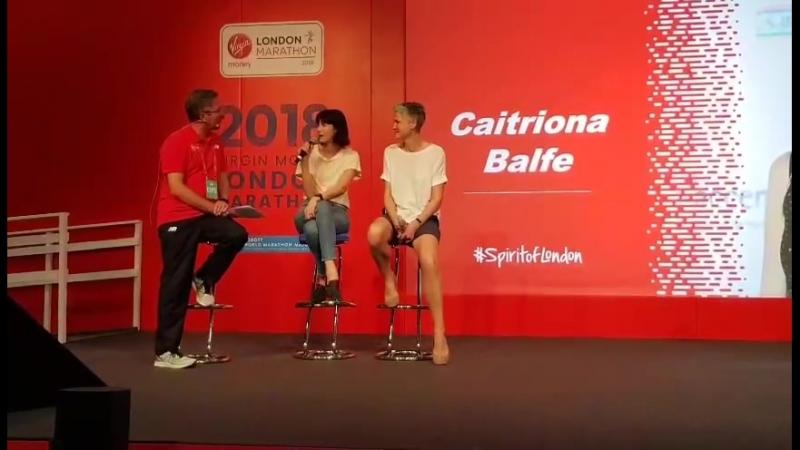Катрина Балф перед Лондонским марафоном с представителями фонда борьбы с детским раком