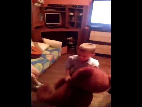 Даня на днюхе танцует с мишкой