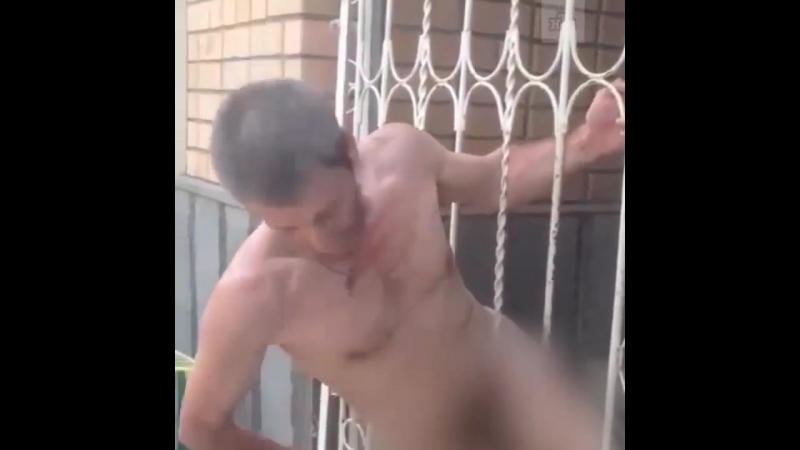 Смотри, яички чтоб не оторвались! голый мужчина попал в ловушку на улице в Ростове-на-Дону
