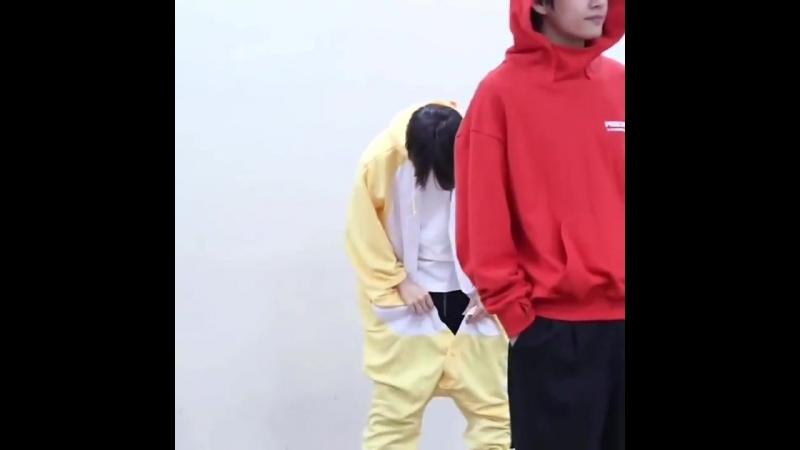 병아리옷 입고 뒤에서 뽀쨕뽀쟉 열씨미 혼자 단추 잠그는거바 귀여어죽겟더ㅠ - BTSARMY ChoiceFandom TeenChoice @BTS_twt.mp4