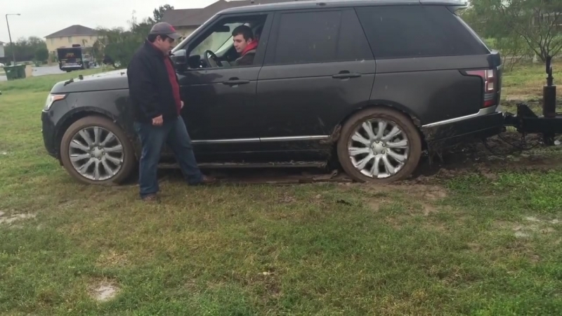 Full size Range Rover Havannah pulls my trailer out of mud