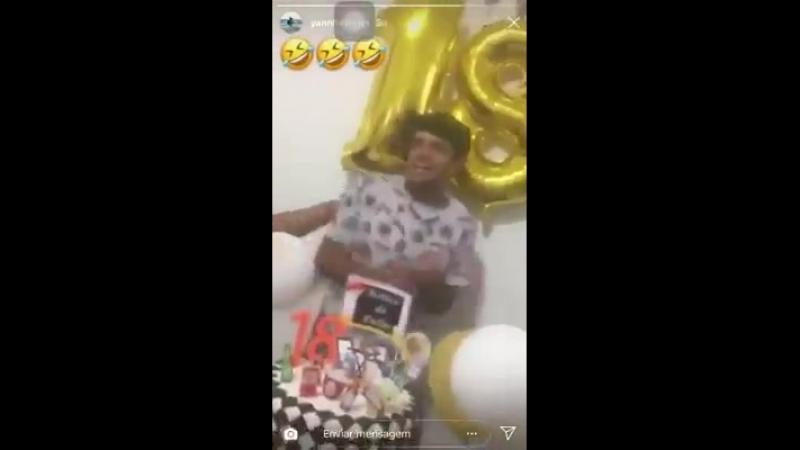 Vascaíno embuceta ao ouvir hino do Flamengo em seu próprio aniversário