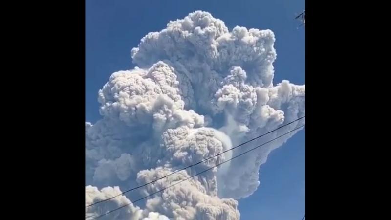 На индонезийском острове Суматра произошло извержение вулкана Синабунг, в понедельник он выбросил в атмосферу столб пепла высото