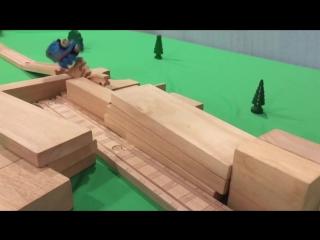 Паровозик Томас выполняет «безумные» трюки на железной дороге
