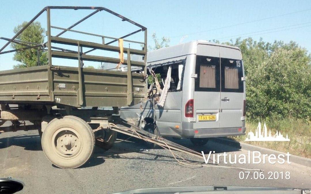 В Бресте отцепившийся у грузовика учебный прицеп протаранил маршрутное такси