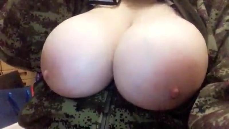 Показала огромные сиськи (эротика грудь титьки разврат шлюшка проститутка шалава стерва соска манда голая попа big tits sex mom)