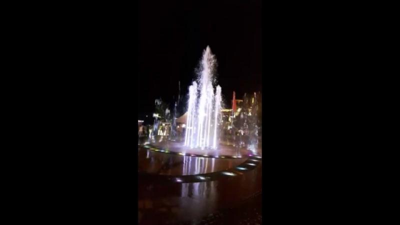 Танцующий цвето-музыкальный фонтан на набережной Сочи))