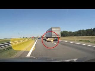 Как под колесами фуры на скоростной трассе недалеко от Бреста оказался диван? Видео, которое все объясняет