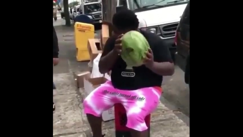 Чорний хлопчисько добуває тугрики незвичним для нього(легальним) способом