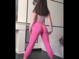 Школьница танцует стриптиз крутит попой на камеру тверк