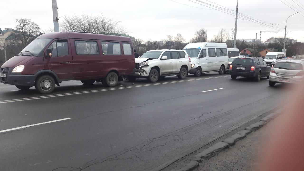 В Бресте на Кобринском мосту затруднено движение из-за ДТП