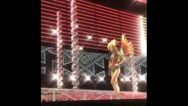 Тейлор дефилирует в сегменте «Nomadic Adventure» на показе «Victoria's Secret Fashion Show» в Шанхае (20 ноября 2017)