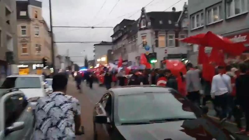 Duisburg - Nach Erdogan-Sieg - Hunderte Türken feiern mit Hupkonzerten und Autokorsos