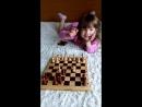 Папа с маленькой дочкой играют в шахматы. Видео моментов семейного счастья.