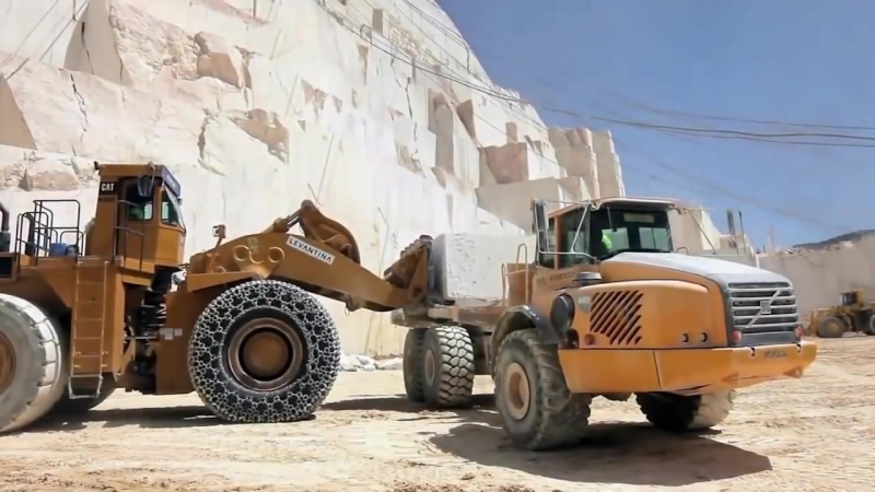 Добыча белого мрамора на карьере в Испании
