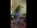 Спортивная длинноволосая школьница красиво танцует на камеру крутит попой