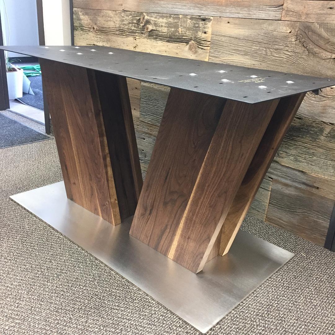 Массивный обеденный стол.