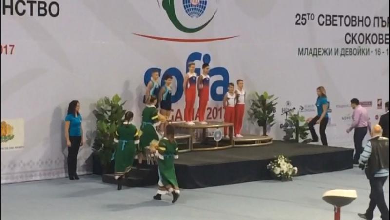 Награждение сына в Болгарии на мире за синхронные прыжки на батуте, второе место