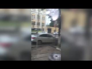 В Твери голый мужчина выбежал из отделения банка и стал бросаться на машины