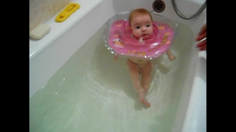 Алисик первый раз с кругом в ванной 1 месяц