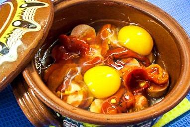 Колбаски с брынзой, овощами и яйцами в горшочках
