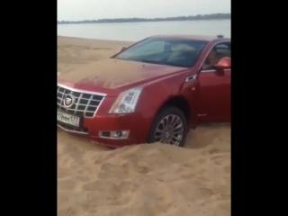 Пьяный водитель забуксовал на одном из пляжей Козловки на своём Cadillac