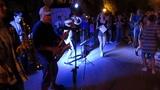 Евпаторийская группа Наобум на набережной Евпатории исполняет песню