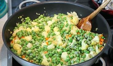 Овощной плов с цветной капустой и зеленым горошком