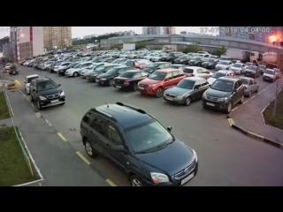 Молодой тюменец нападает на авто