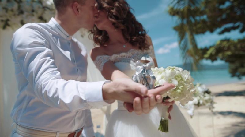 Изящная свадебная церемония с самыми близкими на берегу уединенного пляжа