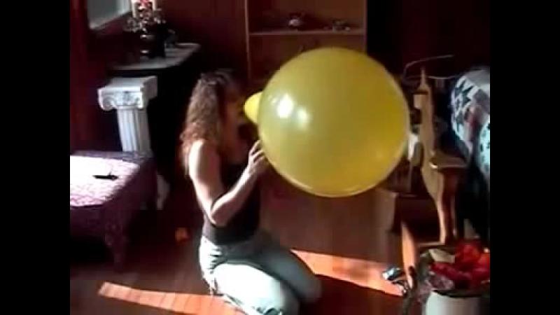 Алёна Надувает Серёже Жёлтый Шар