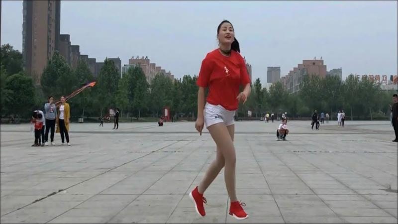 Hoa mắt nóng người với chiếc quần sóc cùng bước nhảy cực đỉnh cô gái xinh đẹp