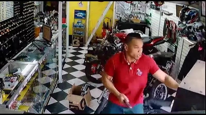 Жестокая схватка с грабителем в магазине