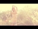 Молодая красотка позирует перед камерой на природе раздевается на камеру эротический клип красивые сиськи стриптиз на вебку