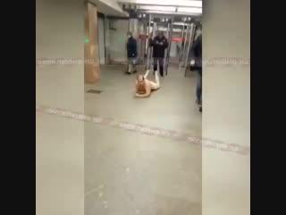 Голый мужчина поползал в московском метро и попал на видео