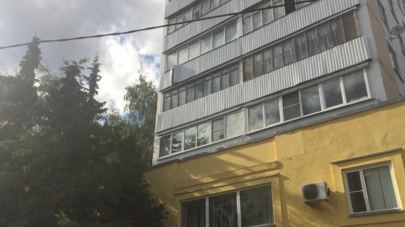 Ветер срывает облицовку на балконе корпуса 445