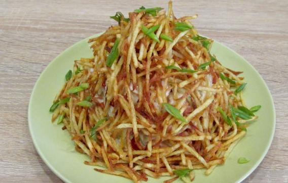 """Салат """"Муравейник"""" с курицей и картофельной соломкой"""