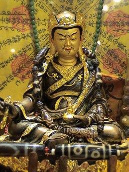 бусины дзи. бусина дзи – это один из самых таинственных тибетских артефактов. известно лишь, что эти каменные бусинки, украшенные мистическими узорами, сегодня являются самыми редкими бусинами в