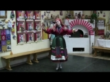 девочка поёт народную песню