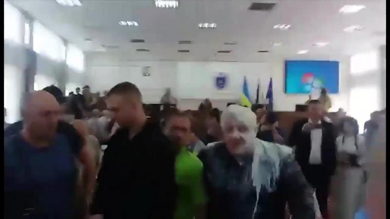 як депутат міськради Нікополя від Опоблоку, намагається підстрелити активістів з Правого сектора