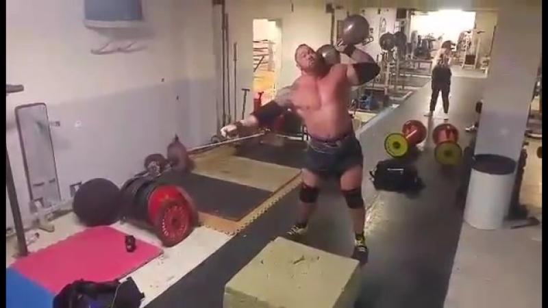 Хафтор Бьернсон поднимает гантель весом 129 кг
