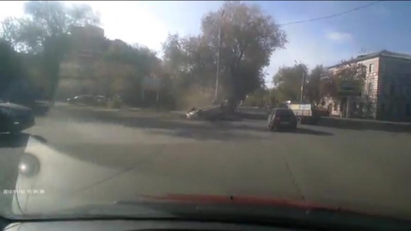 В Оренбурге на улице Постникова у парка Тополя столкнулись «Деу Нексия» и «Газель»