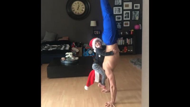 Акробат Уэйн Скивингтон из цирка Cirque du Soleil - самый популярный отец-одиночка в Instagram.