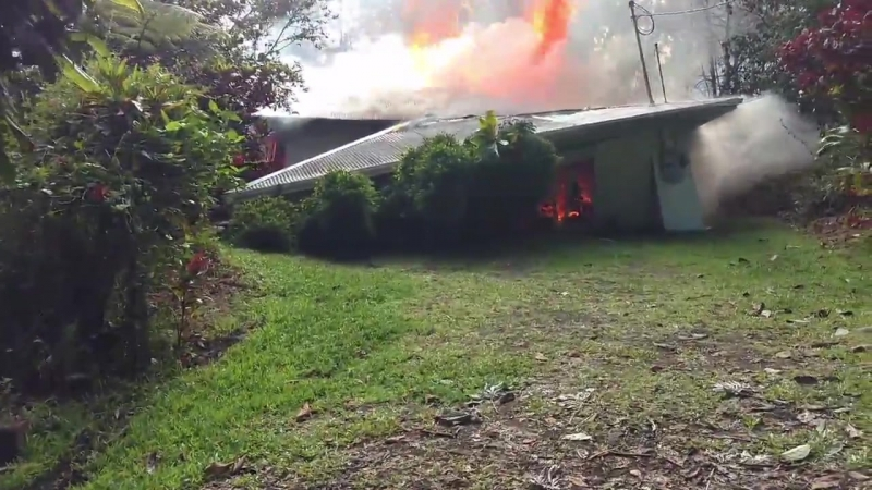 Потоки лавы разрушили дома на Гавайях RUPTLY