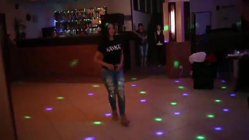 Красивая девушка от души танцует лезгинку (360p).mp4