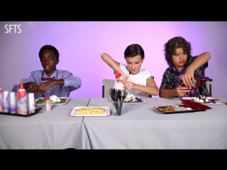 [RUS SUB] The Cast Of Stranger Things Reveal Set Secrets (While Decorating Waffles)