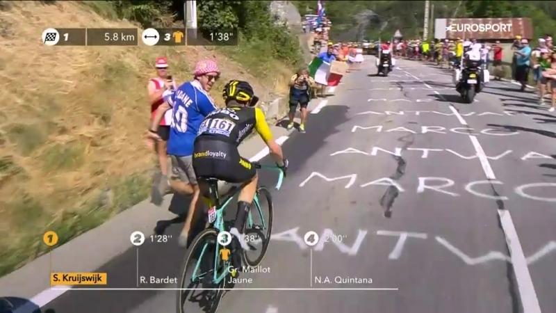 Фанат в футболке Зидана вприпрыжку преследовал гонщика и чуть не сшиб его с велосипеда