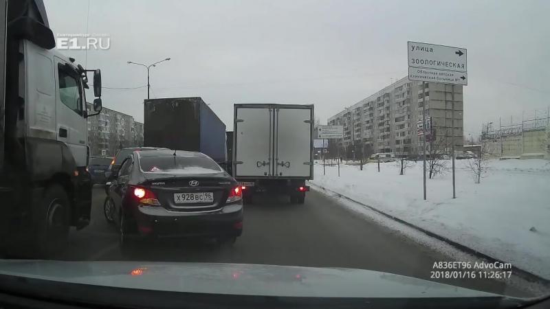 16.01.18 в Екатеринбурге легковушка заехала под фуру.