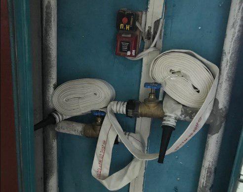 В одном из домов на улице Коненкова технические шкафы укомплектовали пожарными рукавами