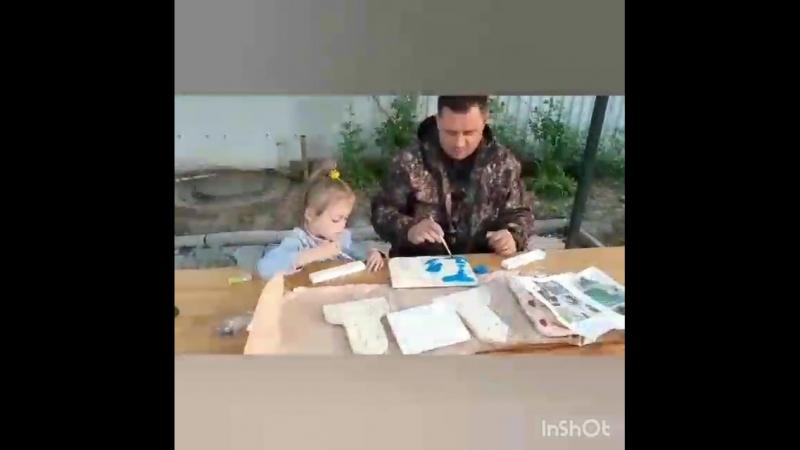 Петров Денис делает кормушку для птиц